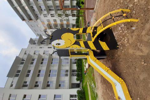 zjeżdżalnia na patio dla najmłodszych mieszkańców Comfort City Bursztyn w trakcie przygotowywań maj 2020