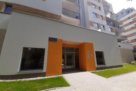 wejście do budynku Comfort City Bursztyn klatka B lipiec 2020