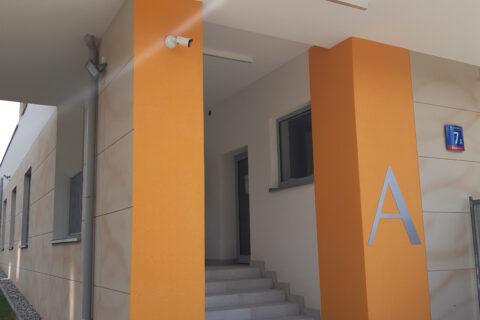 wejście do budynku klatka A Comfort City Bursztyn lipiec 2020